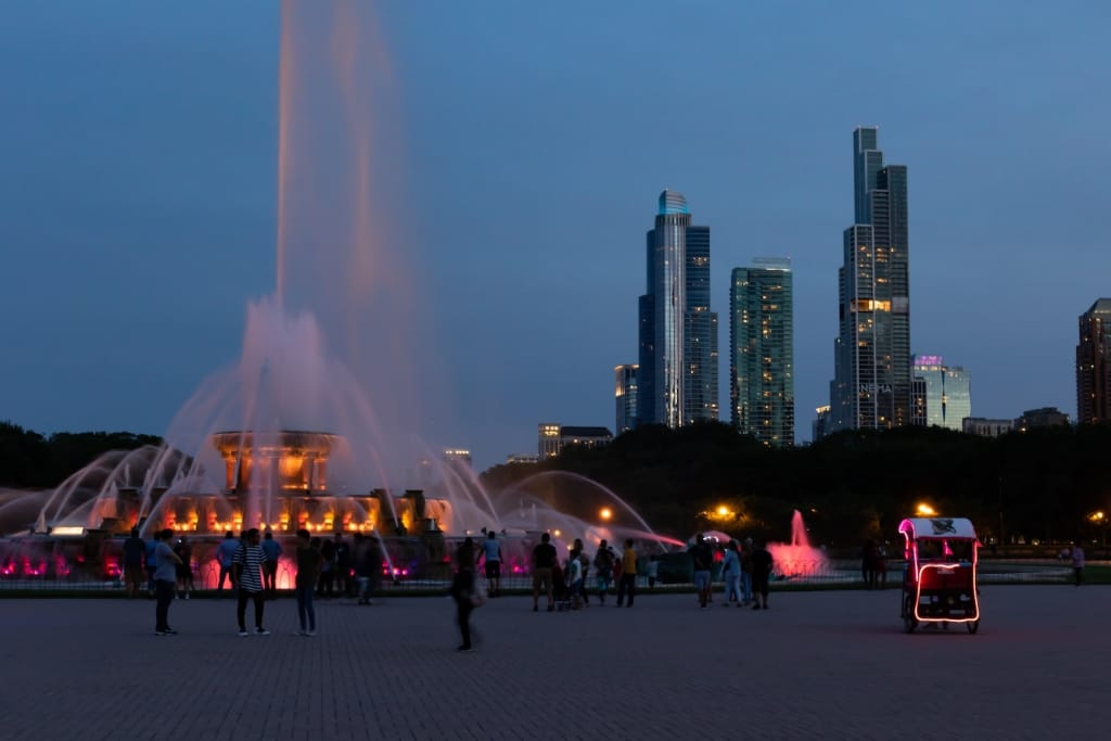 buckingham fountain chicago at nigh